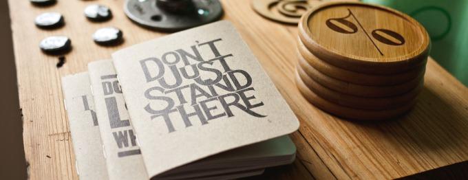 """Libreta que en portada tiene """"Don't Just Stand Here"""""""