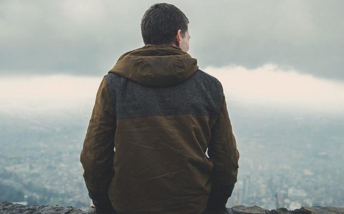 Chico mirando paisaje