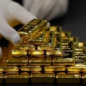 empleado-clasifica-barras-oro-planta-separacion-oro-plata-austria-oegussa-viena-1938139